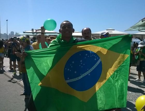 O ambulante Brendo Moreira, de 20 anos, na manifestação no Rio de Janeiro.  (Foto: Nonato Viegas)