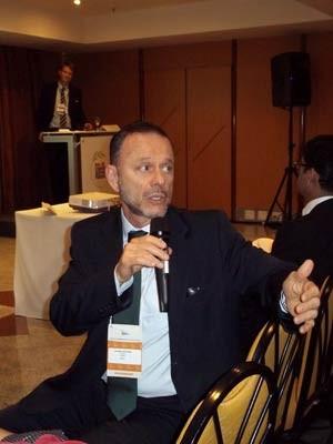 Luciano Coutinho responde a uma pergunta da plateia no Fórum de Sustentabilidade Empresarial (Foto: Lilian Quaino/G1)