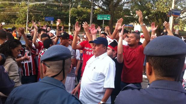 Torcedores do São Paulo protestam em frente ao Morumbi (Foto: Carlos Augusto Ferrari)