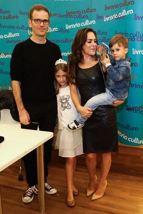 Gabriela Duarte e o marido, Jairo Goldflus, com os filhos, Frederico e Manuela, em livraria em São Paulo (Foto: Manuela Scarpa/ Foto Rio News)
