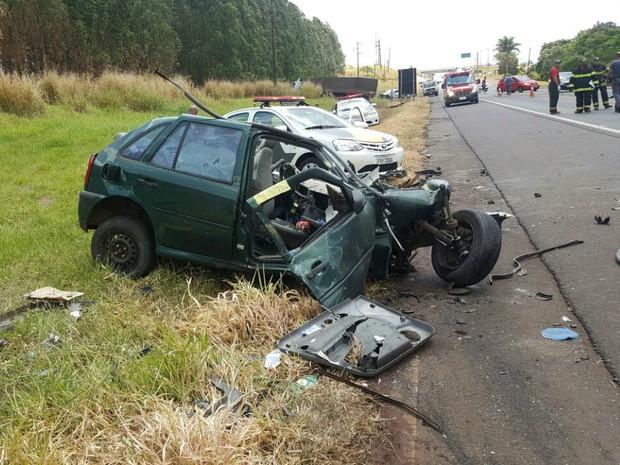 Acidente entre carro e caminhão em Ourinhos (Foto: Romeu Neto/TV TEM)