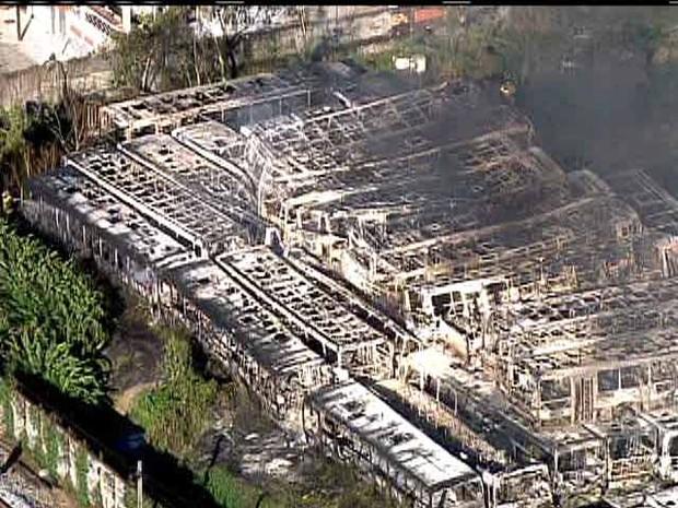 Incêndio atinge empresa de ônibus em Campo Grande, na Zona Oeste do Rio (Foto: Reprodução/ TV Globo)