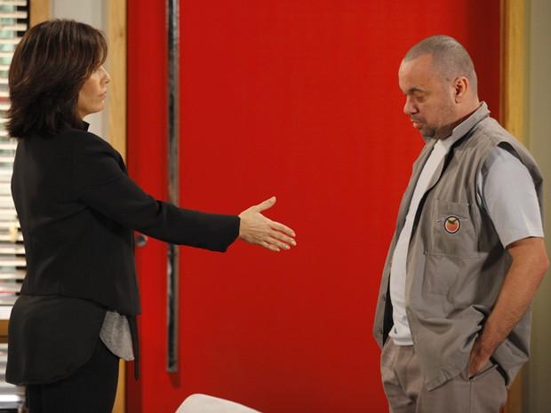 Roberta tenta arrancar informações do operário (Foto: Guerra dos Sexos / TV Globo)