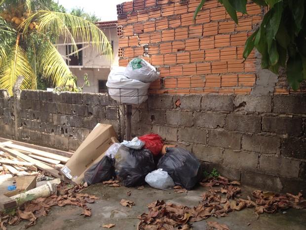 Moradores acumulam o lixo doméstico em frente as casas (Foto: Dyepeson Martins/G1)
