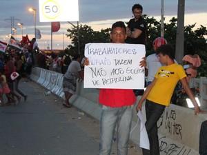 Cartaz fala de golpe no cenário político (Foto: Amanda Franco/G1)