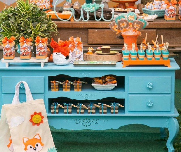 O aparador azul turquesa com doces personalizados serviu de apoio a mesa principal  (Foto: Karina Martini)