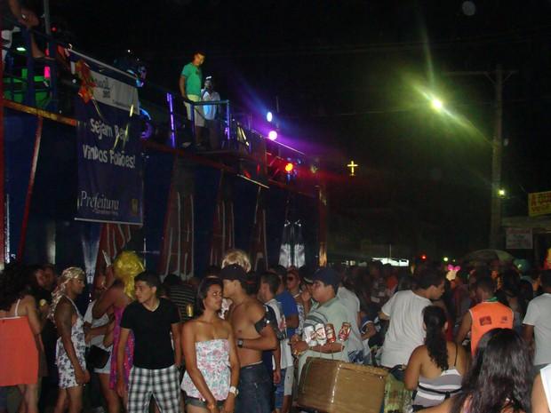 Os foliões seguiram o trio elétrico pelas ruas de Conselheiro Pena. (Foto: Diego Souza/G1)