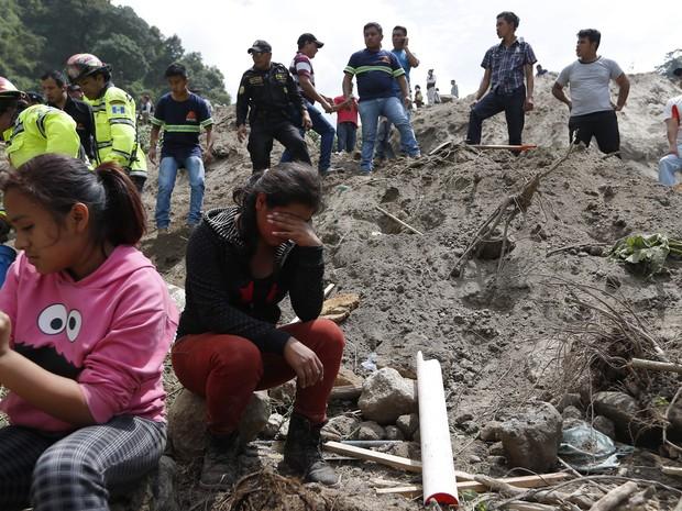 Mulher chora durante buscas de equipe de resgates após deslizamento em Santa Catarina Pinula, nos arredores da Cidade de Guatemala (Foto: Moises Castillo/AP)