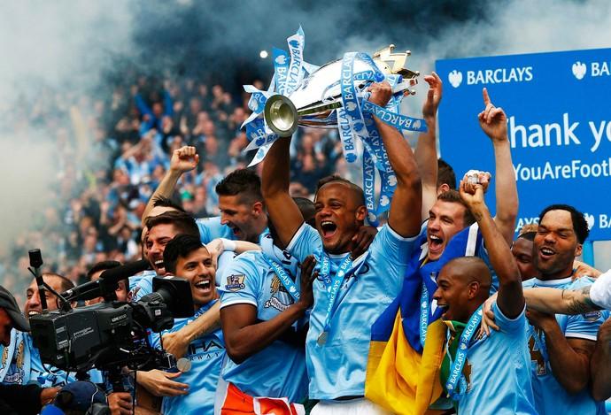 kompany taça manchester city campeão (Foto: Reuters)
