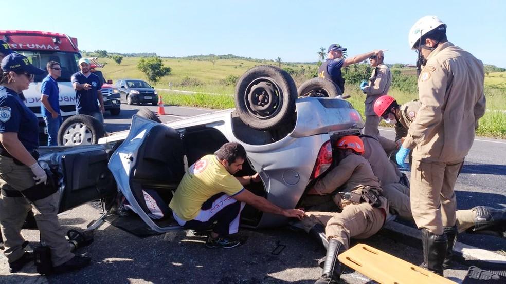 Uma das vítimas ficou presa às ferragens e precisou ser resgatada (Foto: Danilo Alves/TV Cabo Branco)
