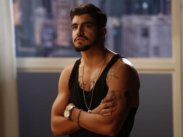 Caio Castro e suas tatuagens fakes para o personagem em I Love (Foto: TV Globo)