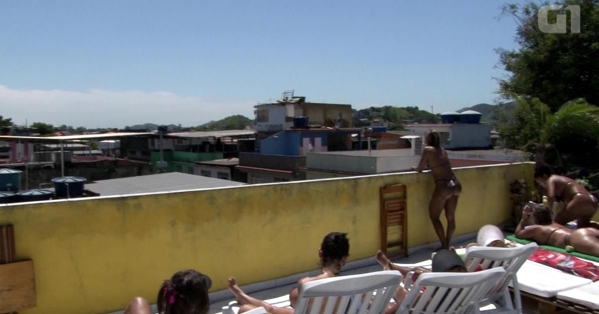 45d0da9b1 G1 - Mulheres trocam praia por laje e usam fita isolante para marquinha de  biquíni - notícias em Rio de Janeiro
