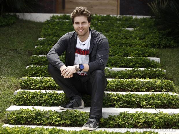 Thiago Fragoso como Niko, em frente à casa que serve de cenário para o personagem (Foto: Inácio Moraes/TV Globo)