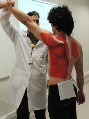 Movimentos são realizados para que alunos acompanhem o que acontece nos músculos (Foto: Tatiana Lopes/G1)