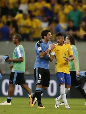 Luis Suárez contém Neymar Brasil x Uruguai
