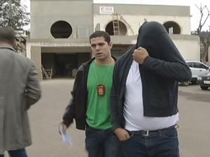 Delegado Diogo prendeu o estudante Azenclever, no hospital de Espera Feliz. (Foto: Reprodução / Intertv dos Vales)