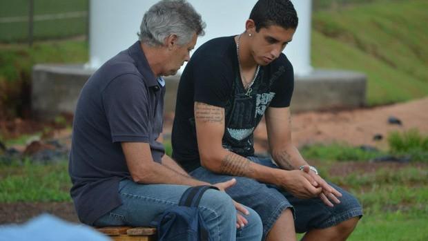 Rafael Caldeira conversa com o gerente de futebol do Botafogo-SP, José Mário Crispim (Foto: Rafael Martinez/Ag. Botafogo)