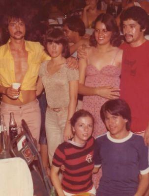 Amigos do casal em um dos carnavais que foram namorando (Foto: Arquivo pessoal / Orisvaldo Quiquinato)