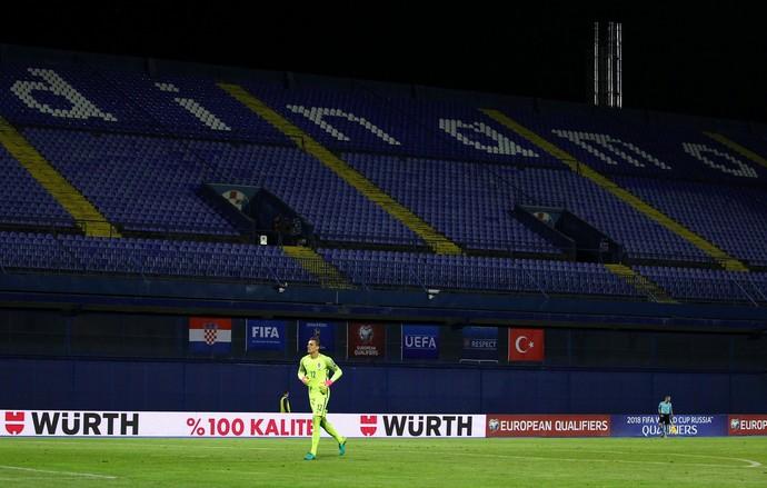 Lovre Kalinic diante da arquibancada vazia no estádio Maksimir, em Zagreb, para Croácia x Turquia (Foto: REUTERS/Antonio Bronic)