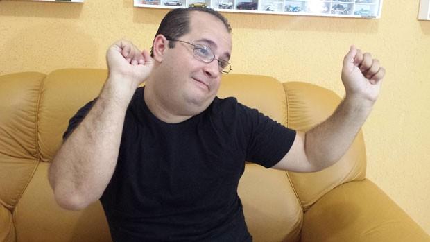 Eder Nascimento ficou conhecido pelo bordão 'Tem graça ou não?', que repetia após esquetes de humor. (Foto: Reprodução/YouTube/BBC)