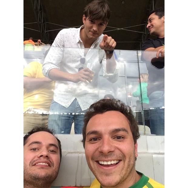 Ashton Kutcher com fã (Foto: Instagram / Reprodução)