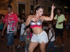 Viviane Araújo usa top e shortinho em ensaio do Salgueiro