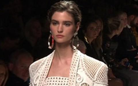 Renda, listras e babados são tendência das semanas de moda internacionais