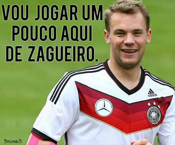 Neuer sai do gol para fazer papel de zagueiro (Foto: Reprodução)