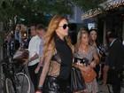 Lindsay Lohan usa blusa transparente e deixa sutiã à mostra