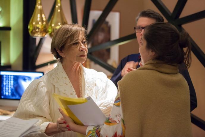 Fernanda recebe orientações da diretora Patrícia Pedrosa (Foto: Globo/Artur Meninea)