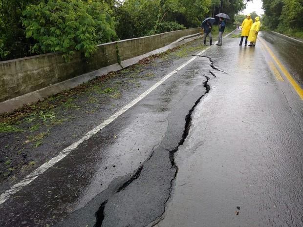 Na BR-116, uma rachadura provocou o desmoronamento do asfalto (Foto: PRF/Divulgação)