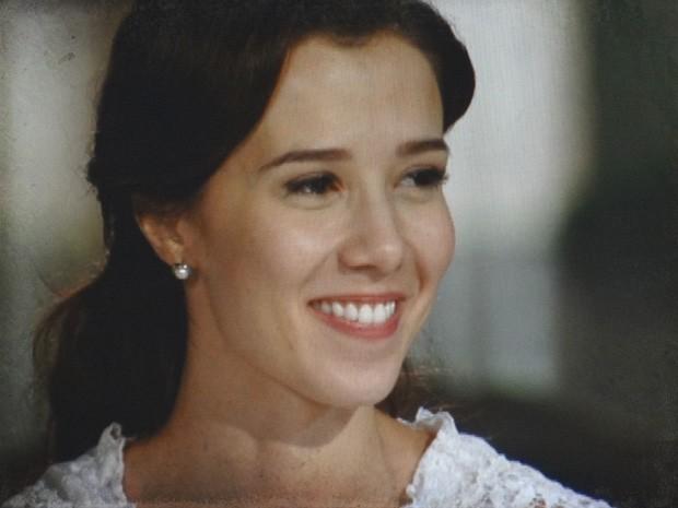 Laura não consegue conter a felicidade com os elogios do advogado (Foto: Lado a Lado / TV Globo)