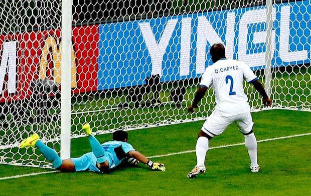 Hondurenho Noel Valladares diz que defendeu gol da França, mas árbitro marcou para os europeus (Foto: Reuters)