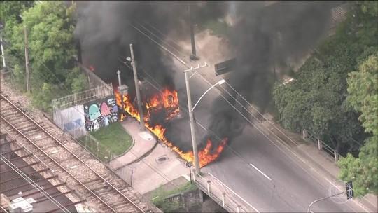 Bandidos incendeiam ônibus e tumultuam a manhã no Rio de Janeiro