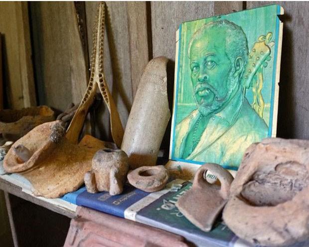 Objetos recolhidos na região são exibidos na casa de Nakayama. (Foto: Lucas Amorelli/BBC)