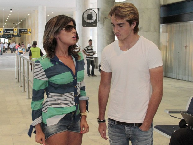 Babi Rossi e Olin Batista em aeroporto no Rio (Foto: Isac Luz / EGO)