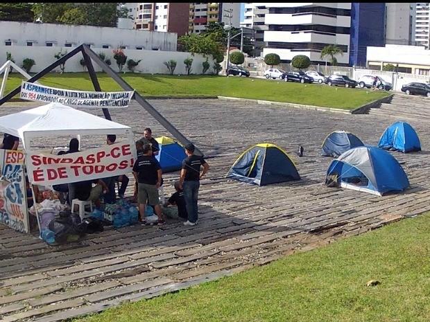 Agentes penitenciário acampam no Palácio da Abolição (Foto: TV Verdes Mares/Reprodução)