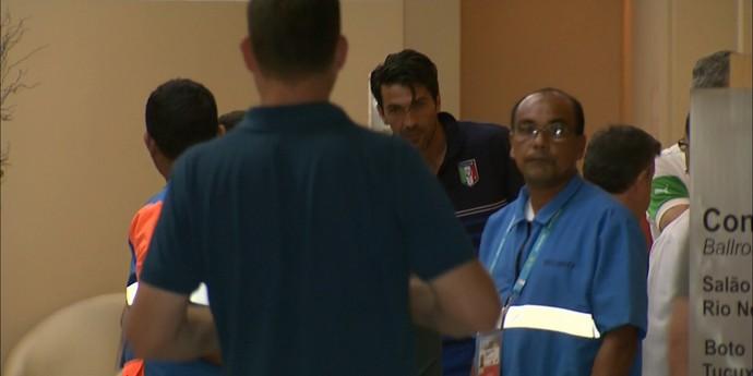 Buffon aparece em saguão de hotel em dia de clássico emm Manaus (Foto: Reprodução/TV Amazonas)