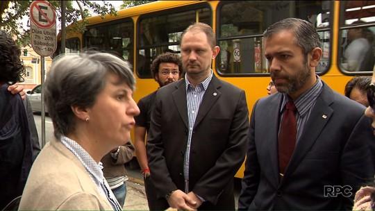 Com ocupação, professor da UTFPR dá aula em avenida de Curitiba