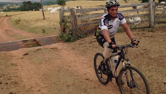 Deivid Oliveira se dedica ao ciclismo mesmo após ter duas pernas amputadas em Goiânia, Goiás (Foto: Arquivo Pessoal)