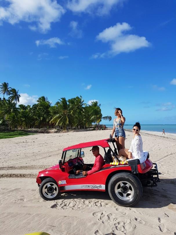 Paloma Bernardi e Carol Oliveira passeiam de buggy (Foto: Giullia Paulinelli)