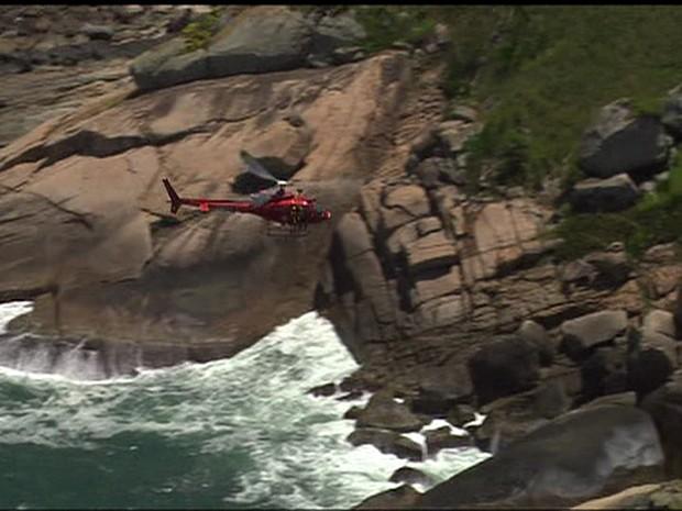 Bombeiros fazem buscas na costa da Praia do Perigoso, em Barra de Guaratiba, Zona Oeste (Foto: Reprodução/TV Globo)