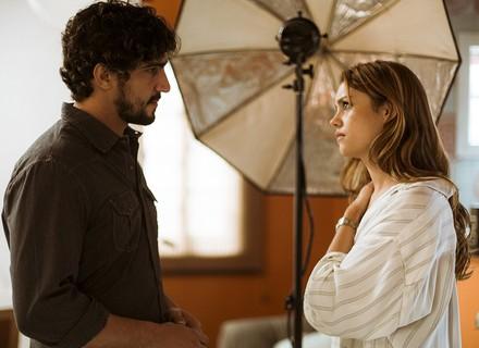 Renato surpreende Alice no ateliê: 'Não paro de pensar em você'