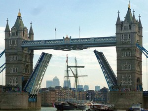 A Tower Bridge se abre para a passagem de embarcações grandes (Foto: Cmglee/Creative Commons)