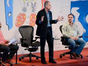 Marcelo Gleiser, que dividiu a mesa com o professor de astrofísica Paulo Varella (à dir.), pediu licença para falar de pé por ser professor (Foto: Flavio Moraes/G1)