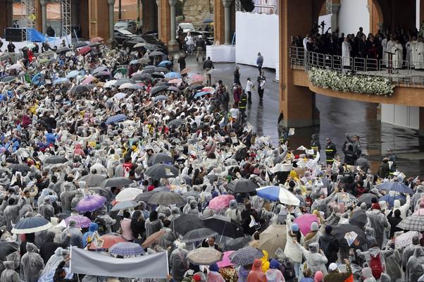Fiéis se aglomeram para acompanhar o discurso do Santo Padre ao final da missa celebrada nesta quarta-feira (24) no interior da Basílica de Aparecida (Foto: AP Photo/Enric Marti)