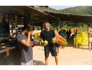 Leonardo Fioravanti brinca e ri ao lado do americano Kanoa Igarashi (Foto: Instagram / Leonardo Fioravanti)