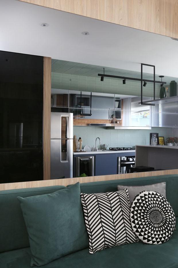Apartamento de 45 m² tem décor com móveis ultra violet, a cor de 2018 (Foto: Divulgação)