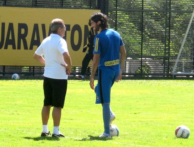 loco abreu oswaldo de oliveira botafogo treino (Foto: André Casado / Globoesporte.com)