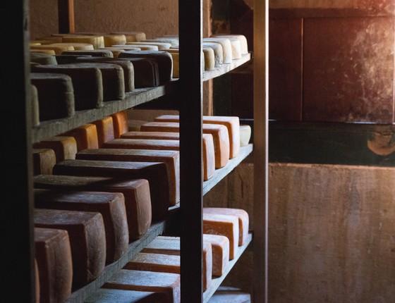 A centenária tulha de café agora servem para armazenar e os desenvolver paladares únicos do queijo. (Foto: Divulgação)